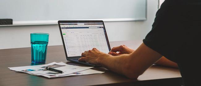 Data analyst au travail derrière un ordinateur