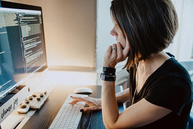 Programmeuse jeu vidéo devant un ordinateur