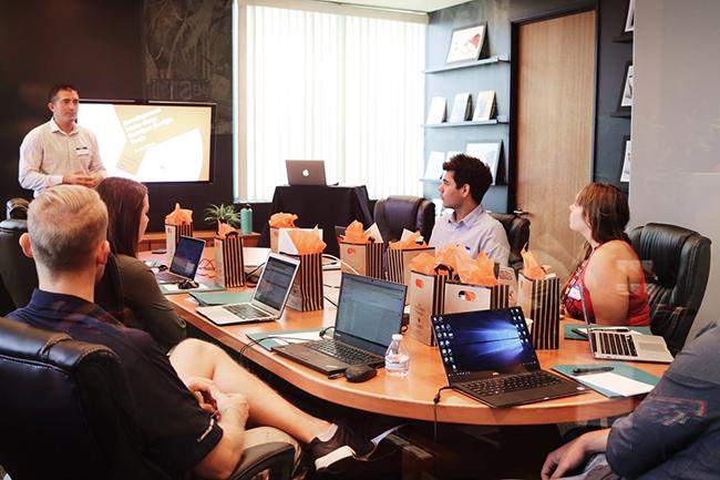 réunion debusiness developer et trade marketer autour d'une table